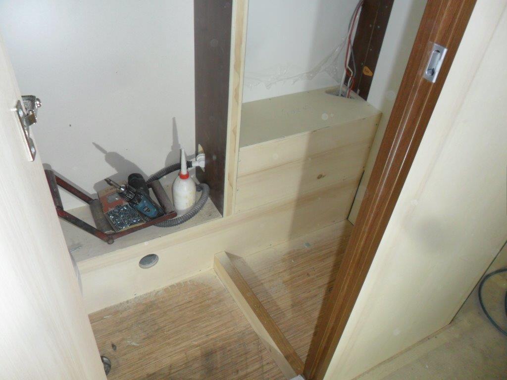 Allestimento e personalizzazione in una roulotte hobby mm camper pesaro - Rivestimento pareti bagno camper ...