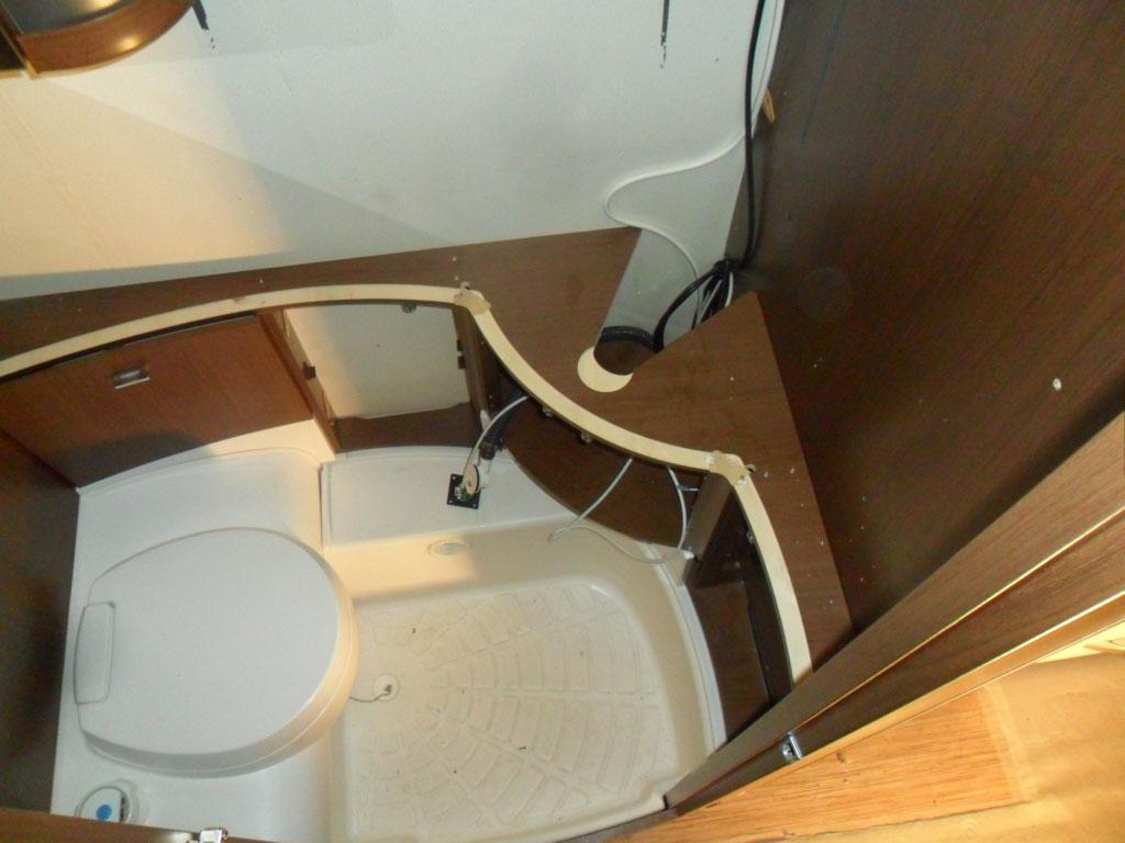 costruzione-box-doccia-nuovo-caravan-mm-camper-pesaro1