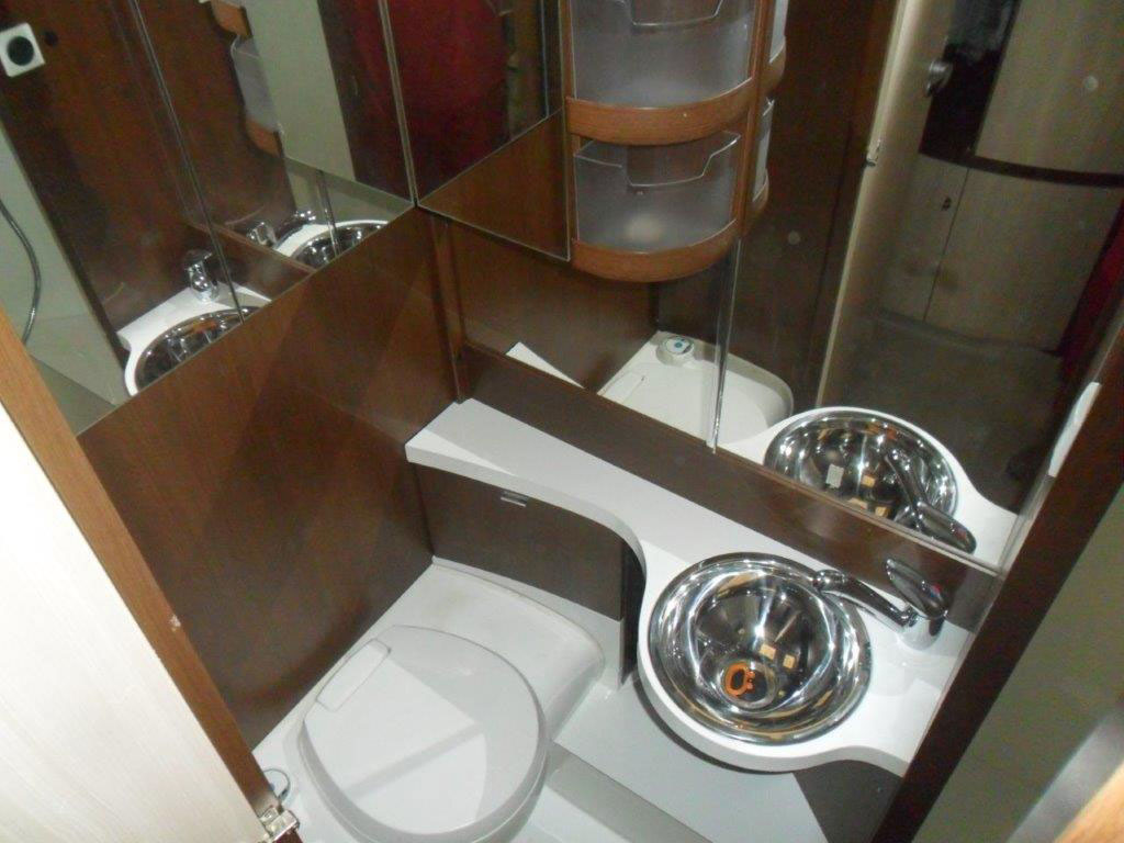 costruzione-box-doccia-nuovo-caravan-mm-camper-pesaro23